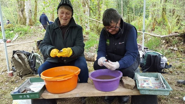 28.04.17Alexa+Janet washing the finds_Emma Stockley